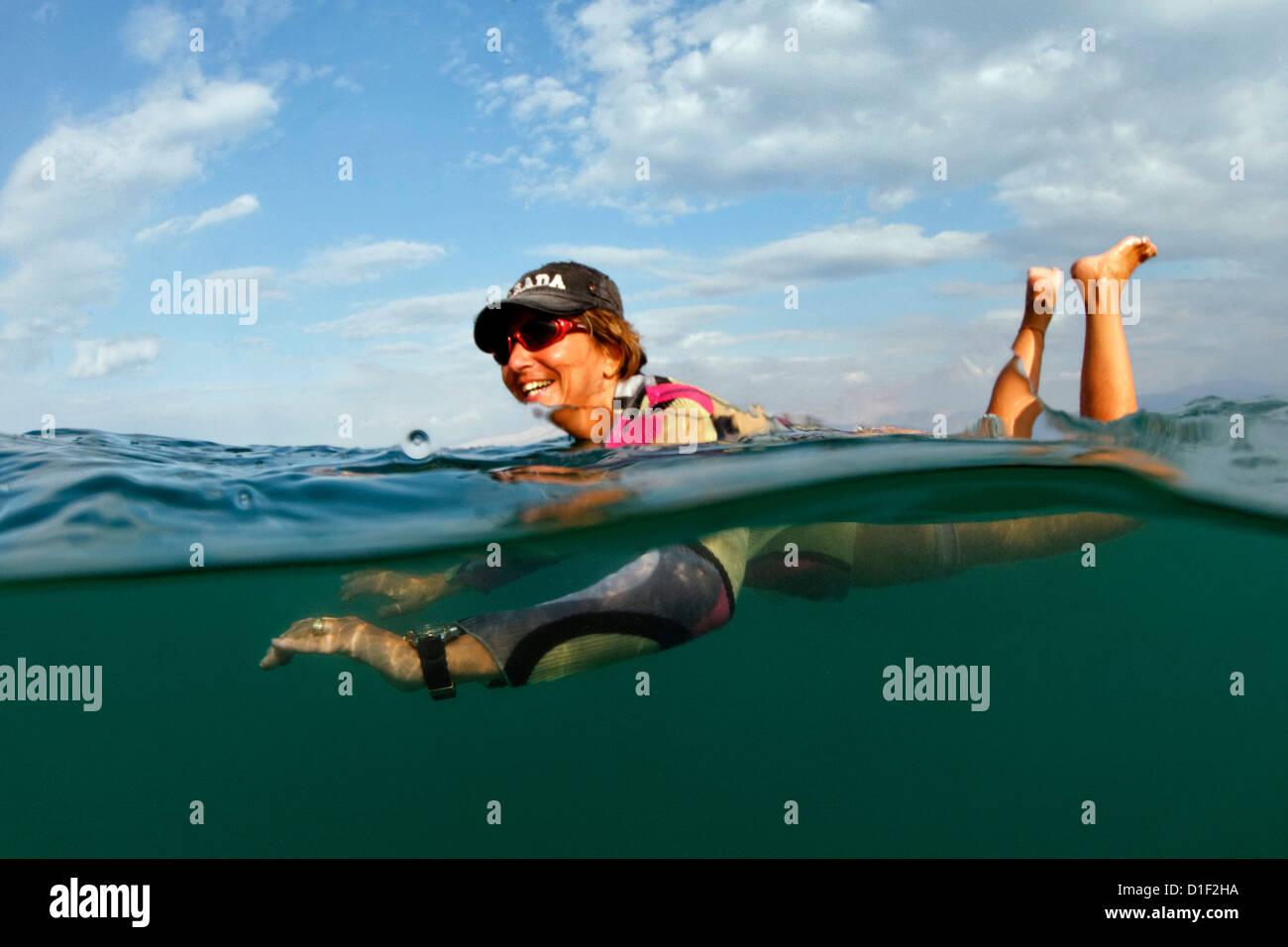 Frau Baden im Toten Meer, Israel Stockbild