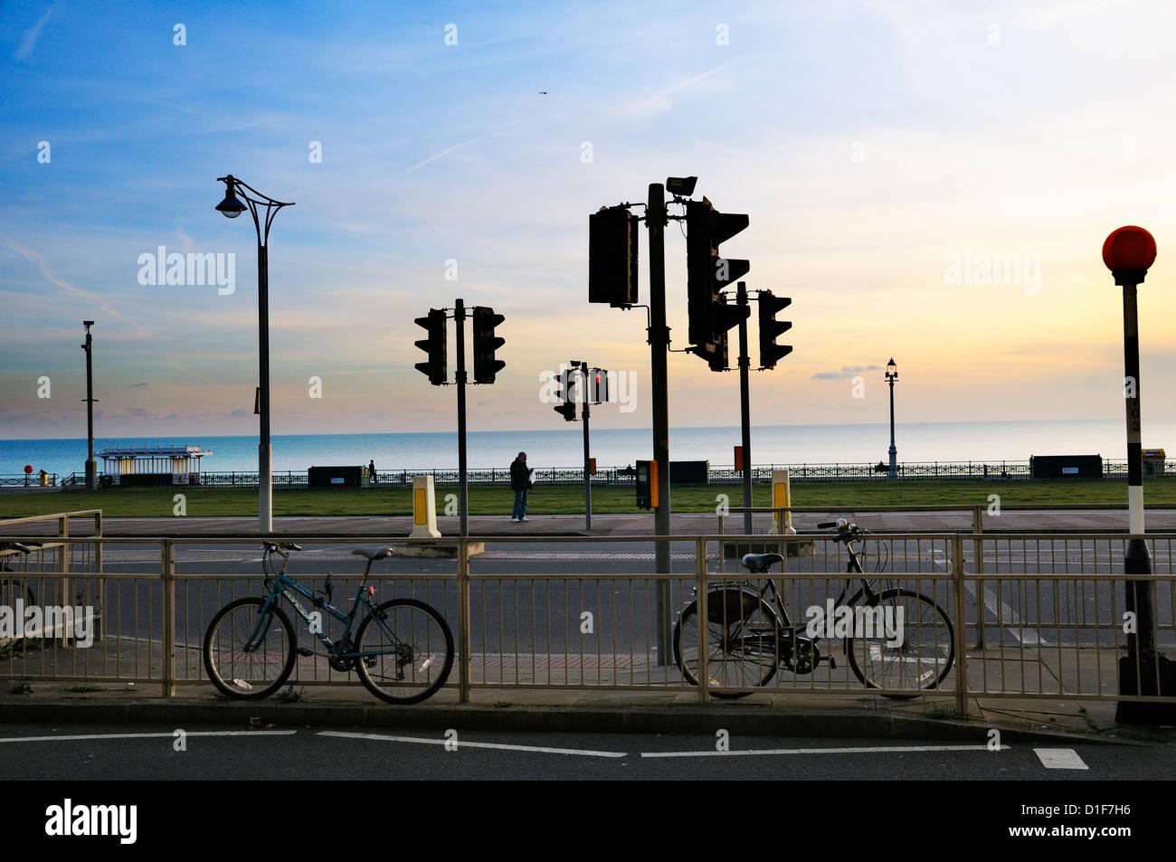 Ampeln und Straßenkreuzung bei Sonnenuntergang, Brighton, East Sussex, UK Stockbild