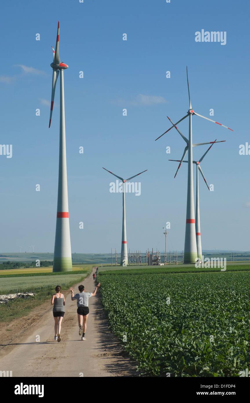 Wind Farm und Jogger, Deutschland, Europa Stockbild
