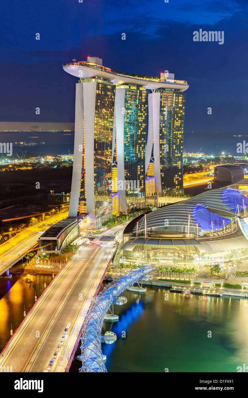 Die Helix-Brücke und Marina Bay Sands Singapur bei Nacht, Marina Bay, Singapur, Südostasien, Asien Stockbild