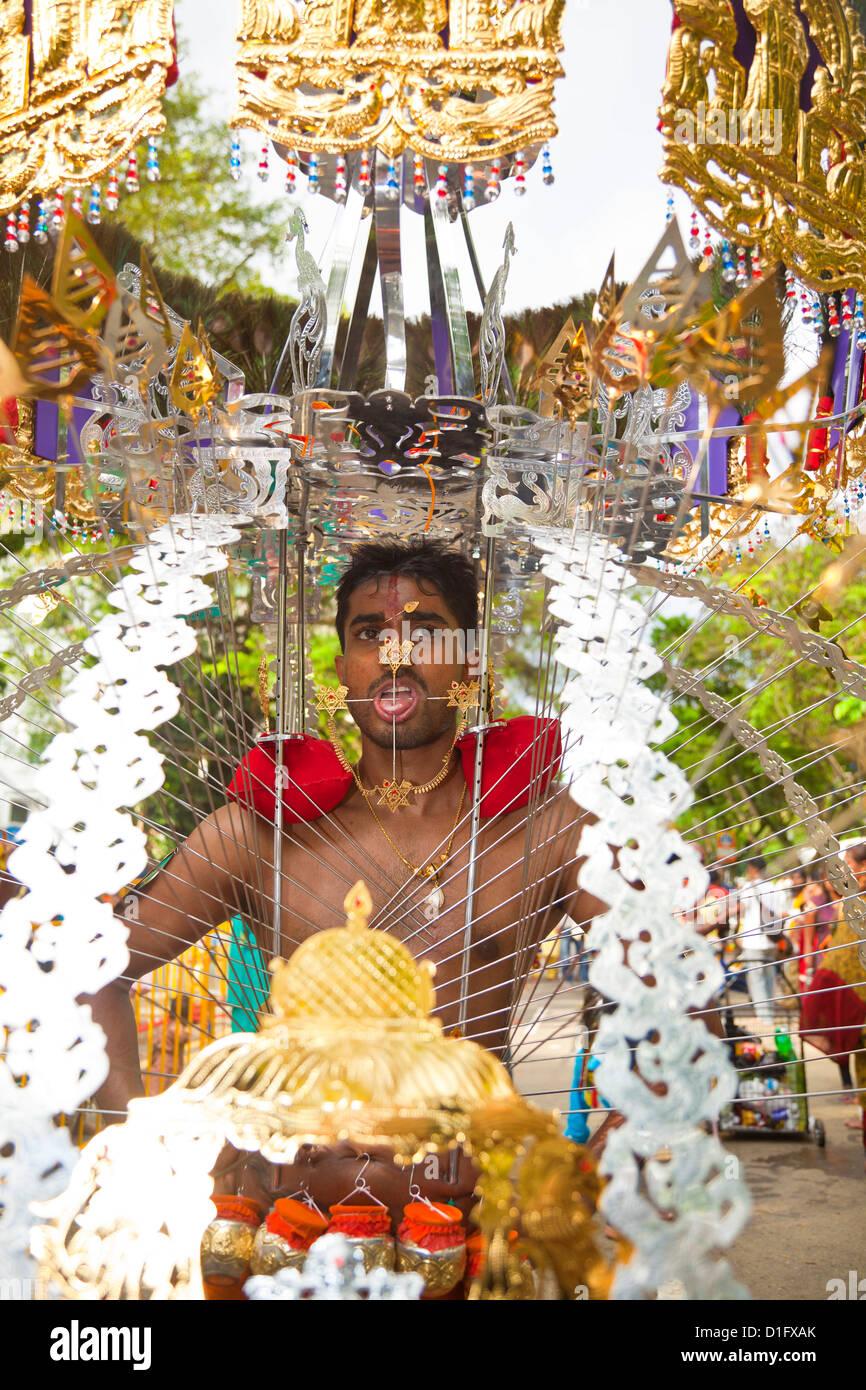 Ein Hindu Anhänger mit tragbaren Schrein während Thaipusam in Singapur, Südostasien, Asien Stockbild