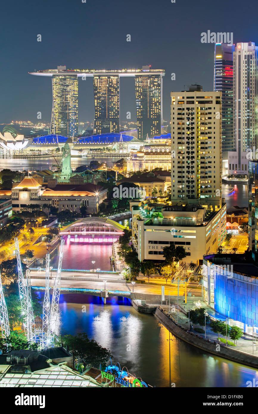 Erhöhten Blick auf die Unterhaltung Bezirk von Clarke Quay, der Singapore River und die Stadt Skyline bei Nacht, Stockbild