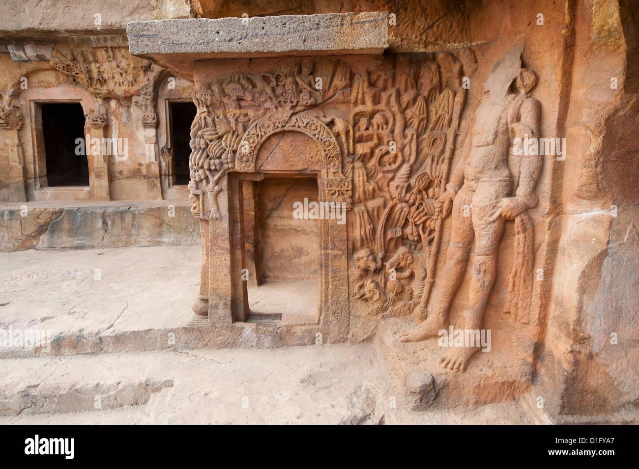 Kunstvolle Schnitzereien in Ranigumpha, Höhle Nummer 1, Udayagiri Höhlen, als Treffpunkt für Jain Stockbild