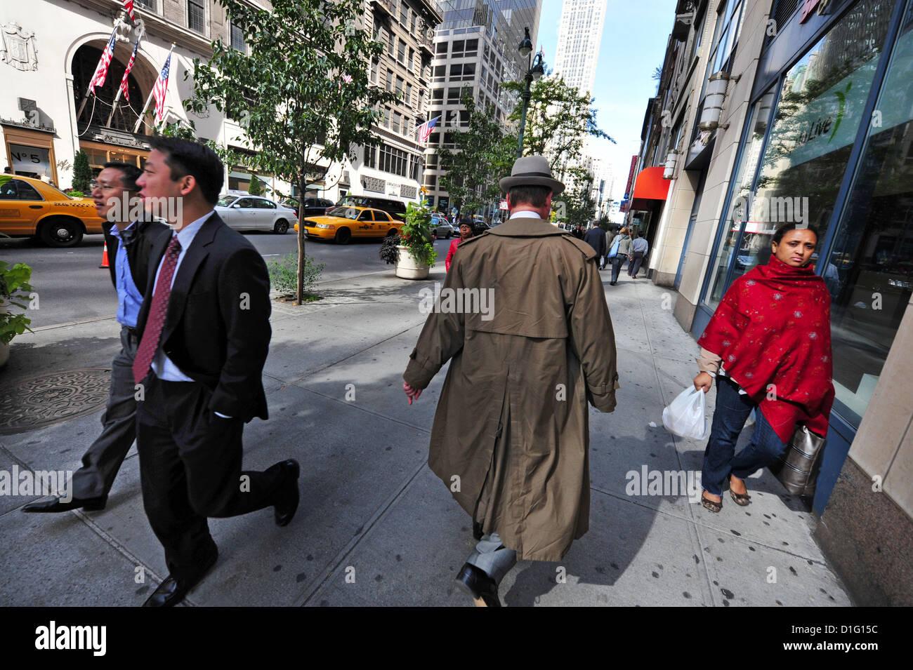 Menschen verschiedener Kulturen teilen einen einzelnen Bürgersteig in Manhattan New York Stockbild