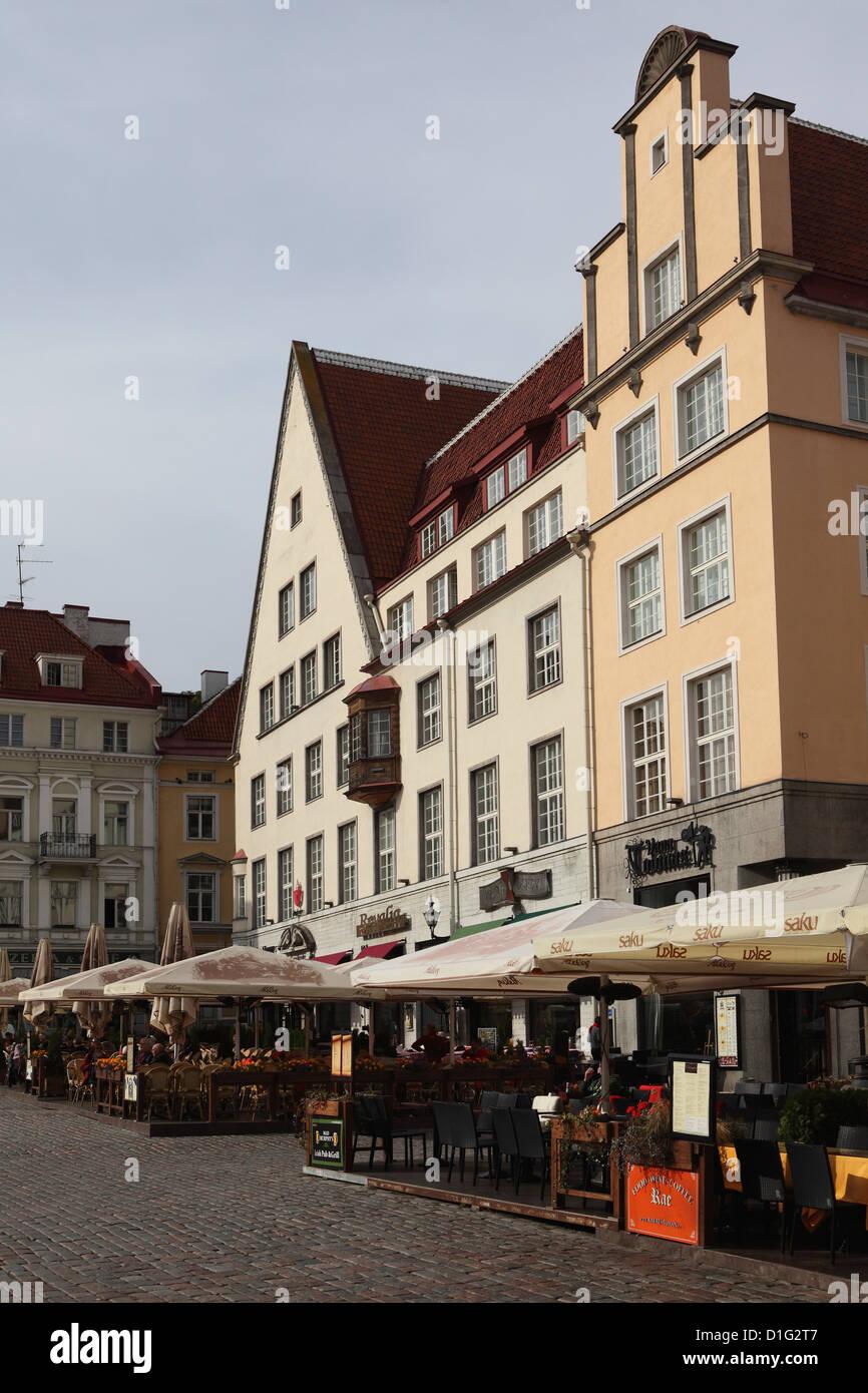 Cafés und Restaurants unter den historischen Gebäuden, Rathausplatz (Raekoja Plats), Tallinn, Estland, Stockbild
