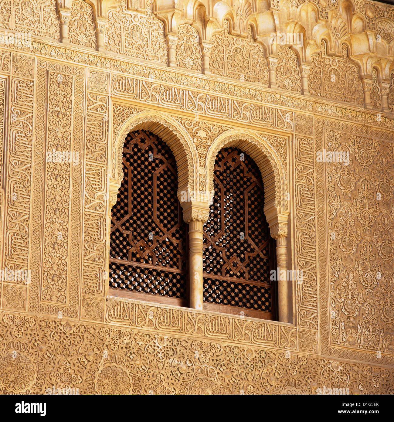 Detail der maurischen Fenster und arabischen Inschriften im Palacios Nazaries, Alhambra-Palast, Granada, Andalusien, Stockbild