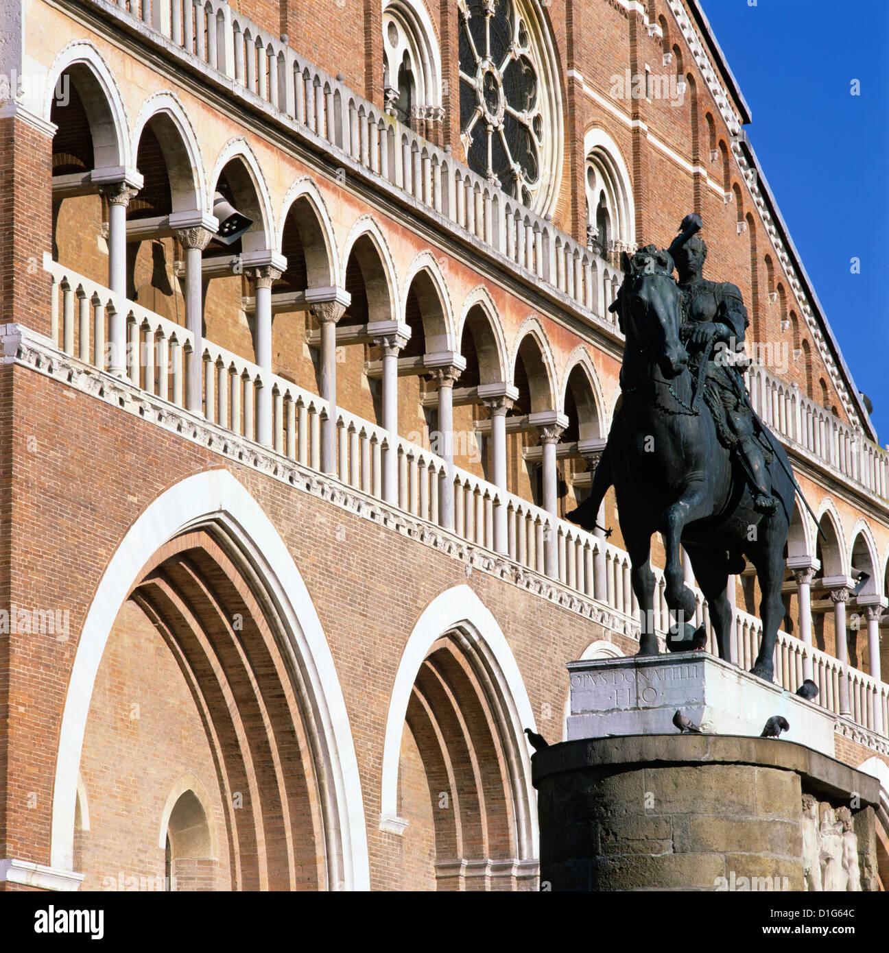 Fassade des Il Santo (Basilica di San Antonio) mit Donatello Denkmal Gattamelata, Padua, Venetien, Italien, Europa Stockbild