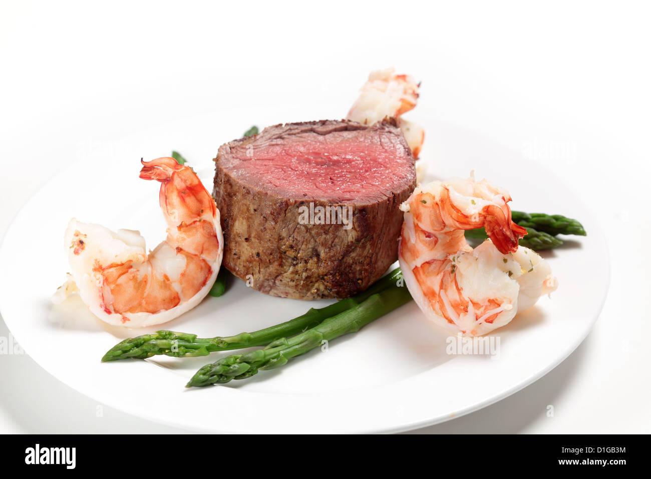 """Riesengarnelen mit Filet-Steak und Spargel, eine sehr einfache """"Surf And Turf"""" Mahlzeit Stockbild"""