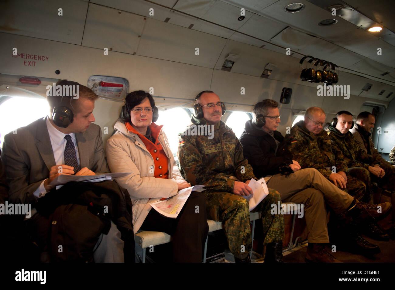 Thüringens Ministerpräsidentin Christine Lieberknecht (CDU, 2.v.l.) Und Verteidigungsminister Thomas de Stockbild