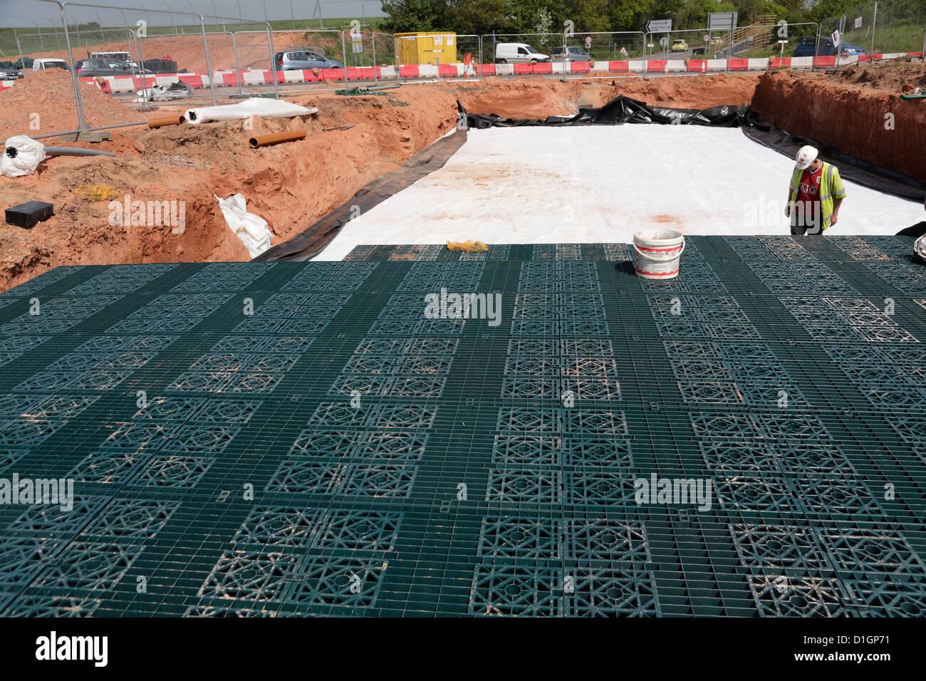 Nachhaltige Stormbloc Kunststoff Kiste Dämpfung Reservoir Entwässerungssystem auf uk neuen Straßenbaustelle Stockbild