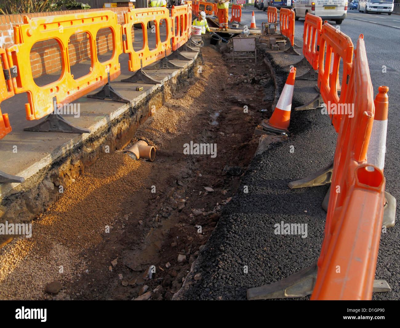 Reparatur von beschädigten städtischen Oberflächenwasser Drainagerohr bröckelt Infrastruktur Stockbild