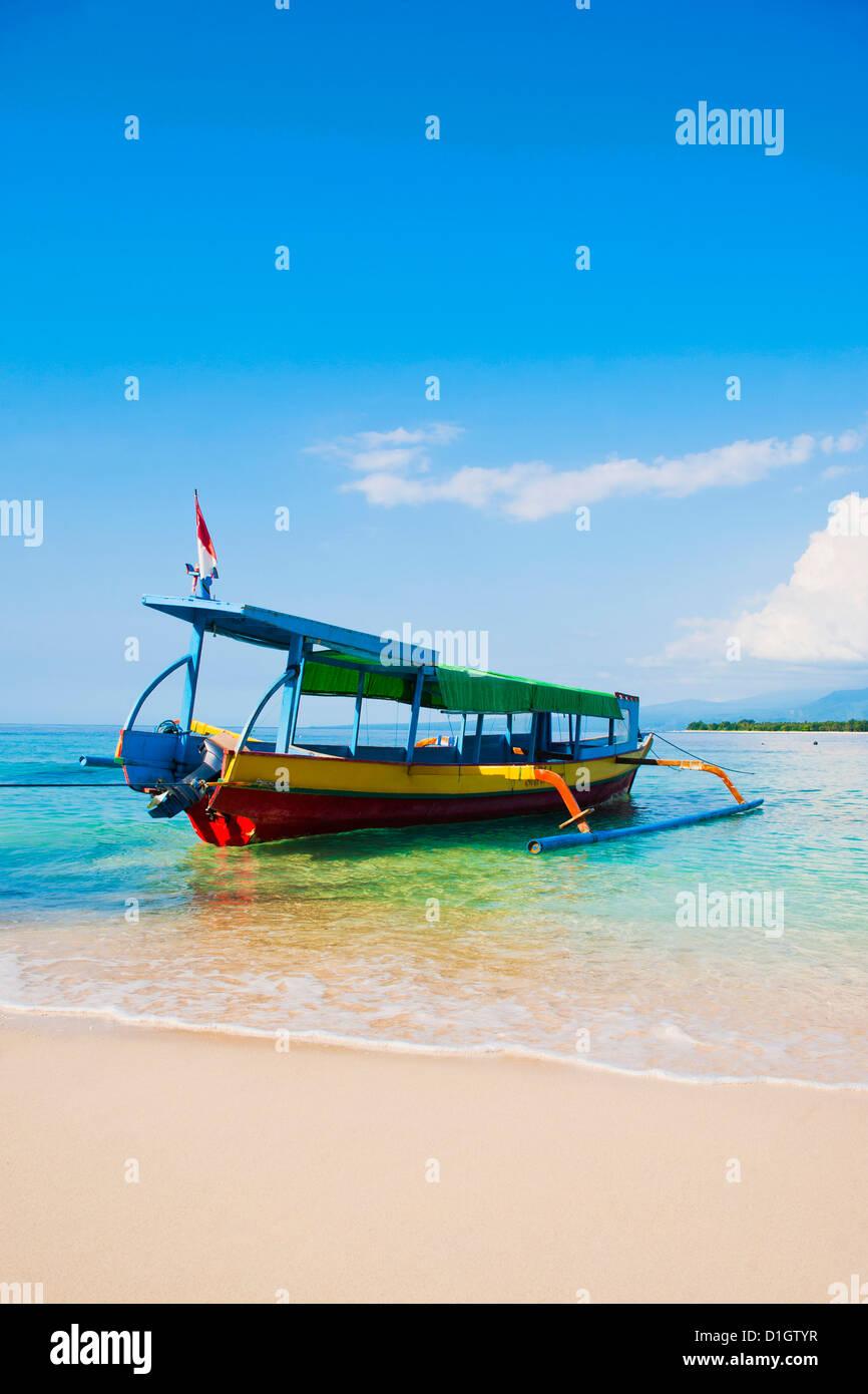 Traditionellen bunten indonesischen Boot auf der tropischen Insel Gili Meno, Gili-Inseln, Indonesien, Südostasien, Stockbild