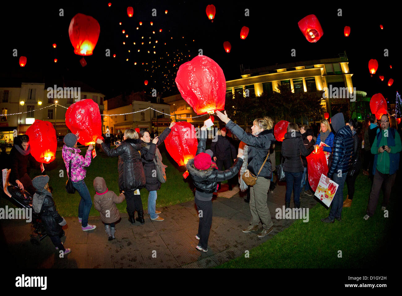 children chinese lanterns stockfotos children chinese lanterns bilder alamy. Black Bedroom Furniture Sets. Home Design Ideas