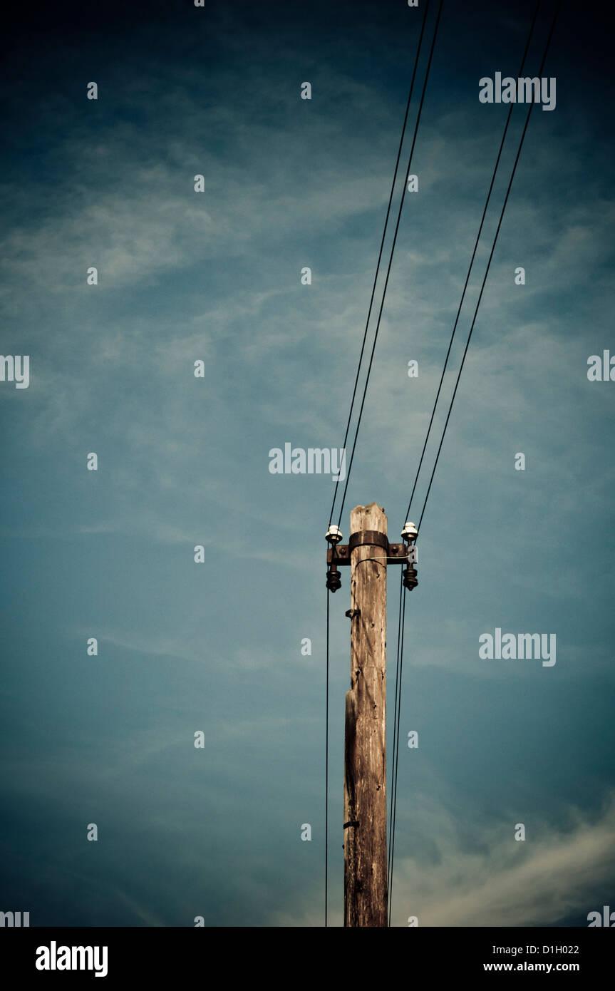 Strommast unterstützen Drähte für elektrische Energieverteilung Stockbild
