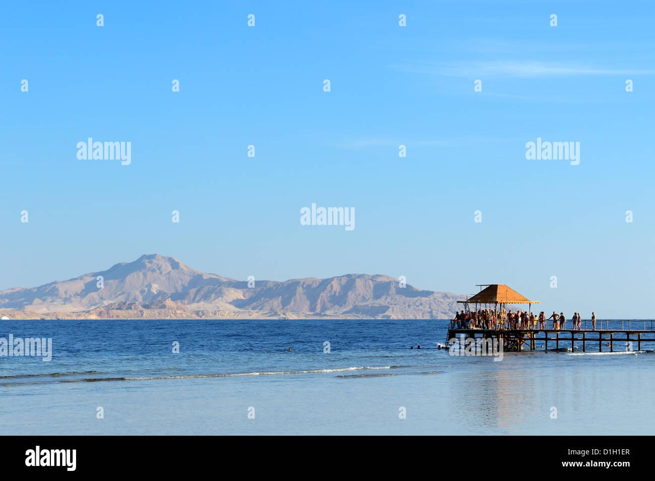Am Strand mit Blick auf Tiran Insel im Luxushotel, Sharm el Sheikh, Ägypten Stockbild