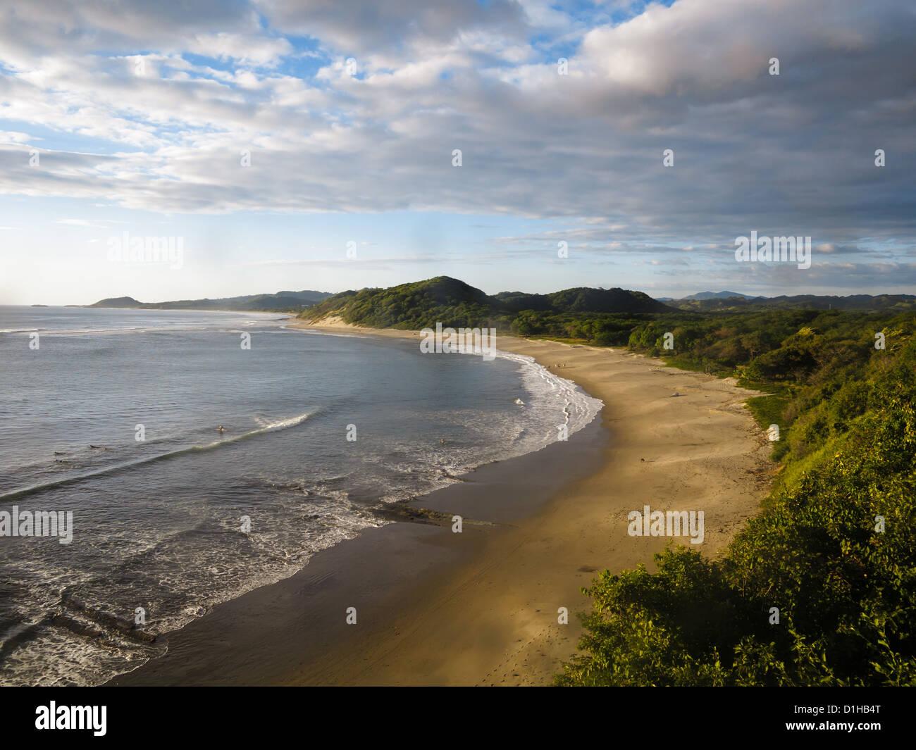Ruhige Küste von Nicaragua in Mittelamerika mit einsamen Sandstrand bei Ebbe und grünem Laub. Stockfoto