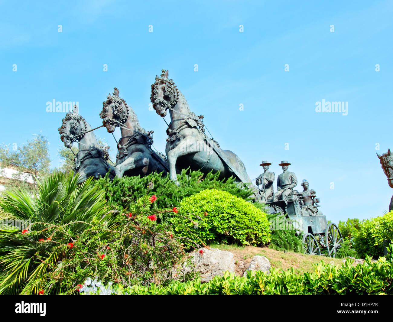 die Statue Kutsche spanische Pferde in Jerez da la Frontera. Andalusien, sonnigen Tag Stockbild
