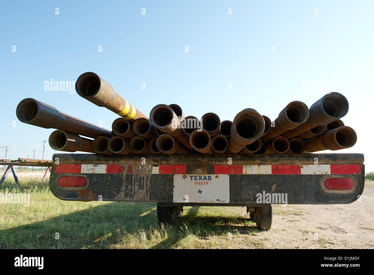 Metallrohre Ölquelle Gehäuse auf einem Anhänger zwischen San Angelo und Christoval, TX, USA. Öl Stockbild