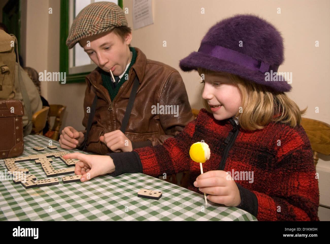 7 Jahre altes Mädchen und 12 Jahre alten Jungen Domino spielen am ...
