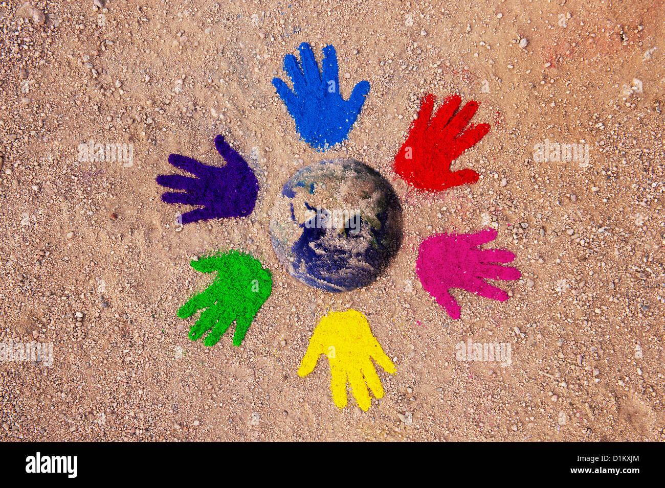 Farbpulver Handabdrücke in einem kreisförmigen Muster auf einem Feldweg mit der Erde, die in der Mitte Stockbild
