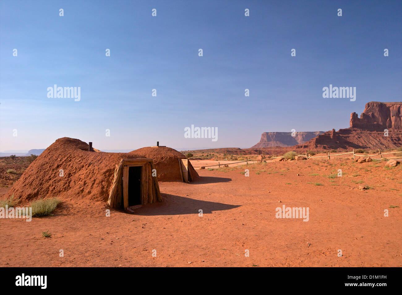 Navajo Hogans, traditionelle Behausung und zeremonielle Struktur, Monument Valley Navajo Tribal Park, Utah, USA Stockbild