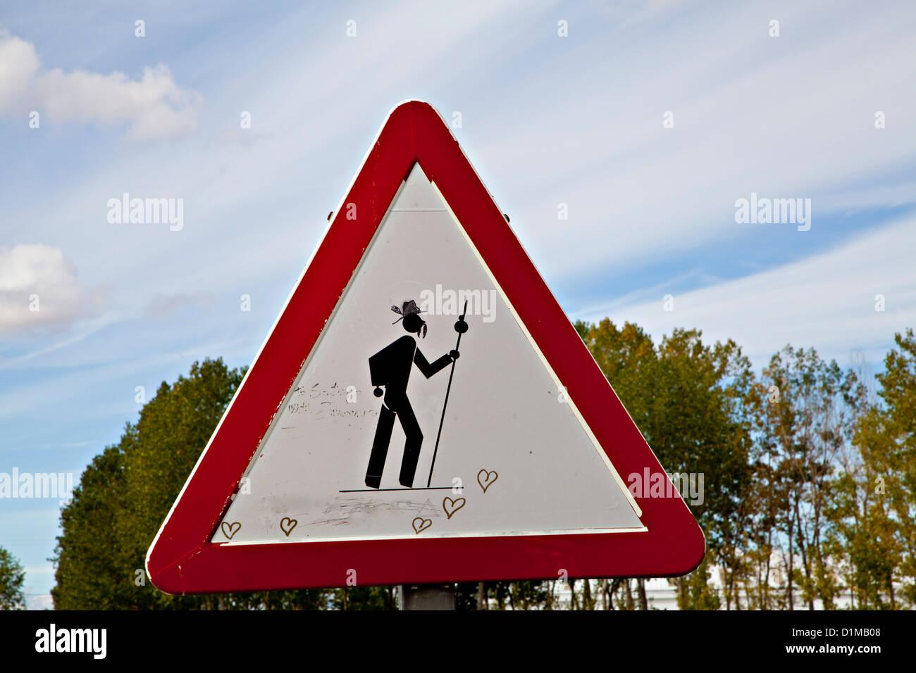 Pilger ergeben Zeichen, die mit Graffiti, entlang dem Jakobsweg nach Santiago De Compostela Spanien geändert Stockbild