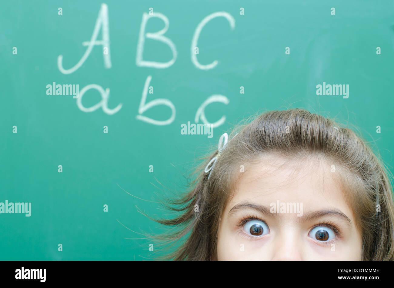 Angst Schülerin an der Tafel im Klassenzimmer Stockfoto