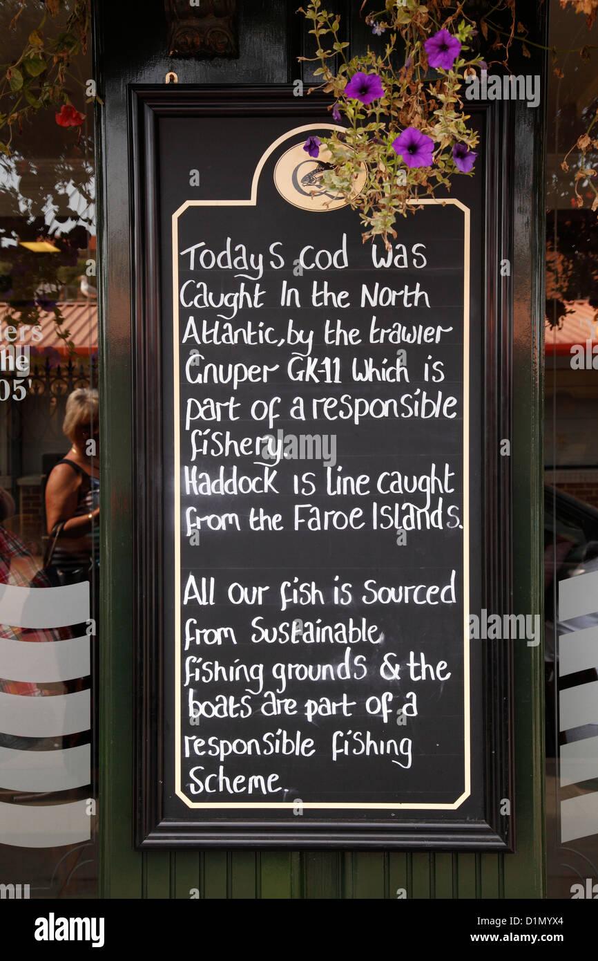 Kabeljau und Schellfisch stammen aus nachhaltigen Fischgründe für Verkauf in einem Fisch & Chip Shop Stockbild