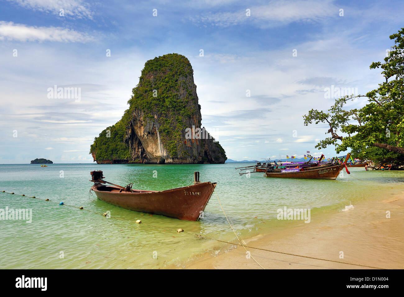 Kalkstein-Rock-Formation aus Phranang Cave Beach, Railay Beach, Krabi, Phuket, Thailand Stockbild