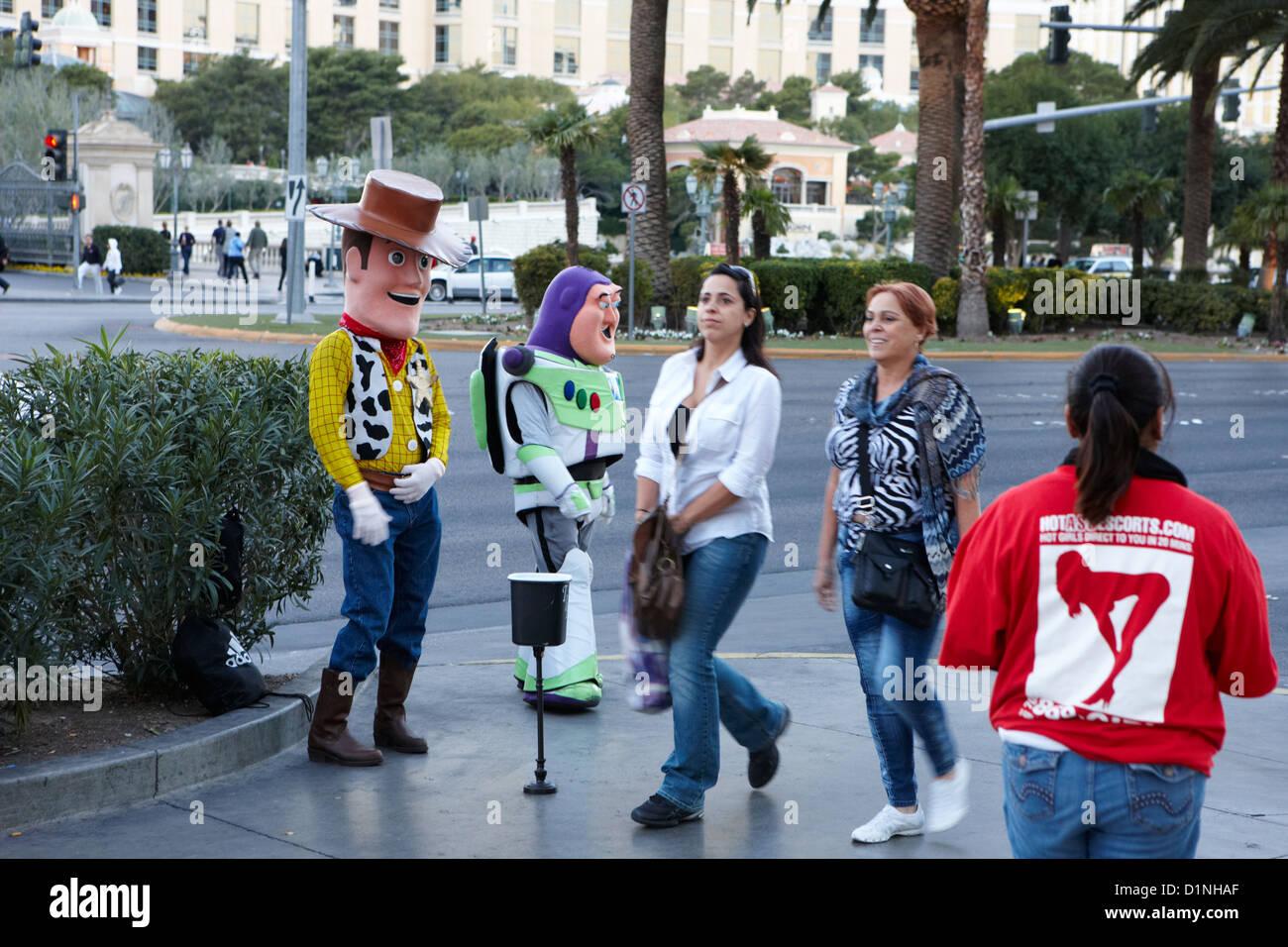 Leute, gekleidet wie Toy Story-Charaktere stehen auf der Straße für Tipps in Las Vegas Boulevard, Nevada, Stockbild