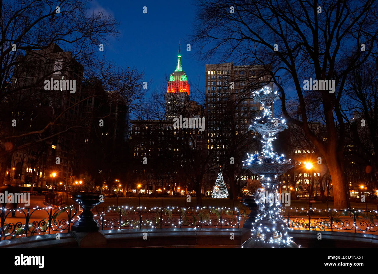Brunnen im Madison Square Park zu Weihnachten, New York City, NY ...