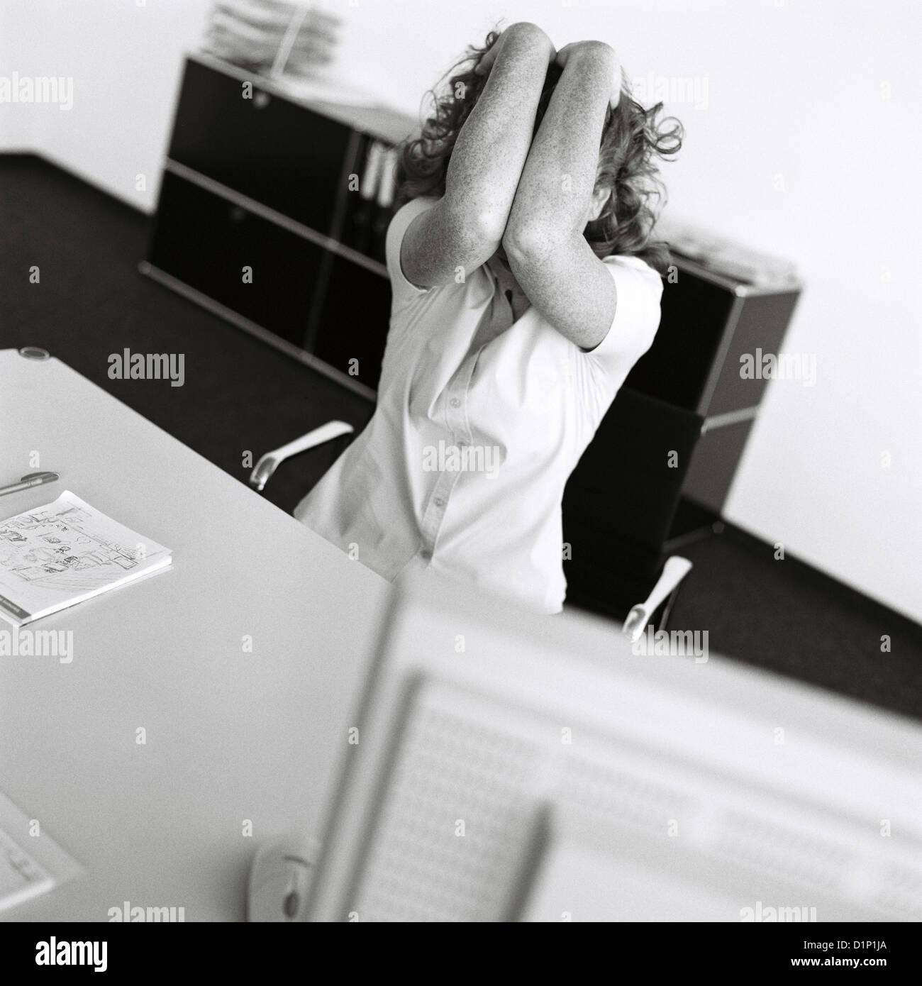 Black And White Business Manager Frust Stress Geschäftsfrau betont lizenzfrei außer anzeigen und Plakate Stockbild