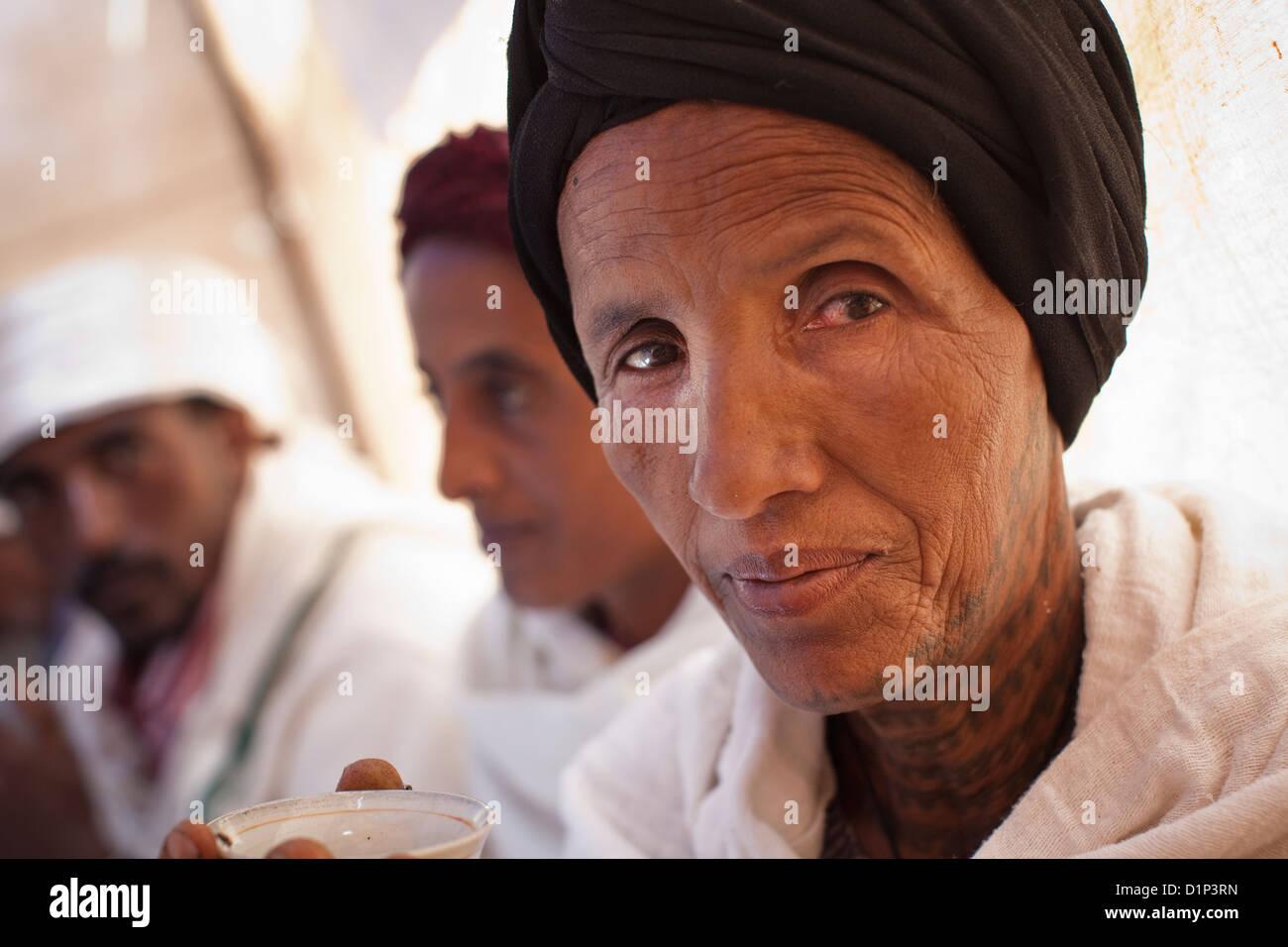 Frau im traditionellen Othodox Kleid mit Gesichts-Tattoos in Debre Markos, Äthiopien. Stockbild
