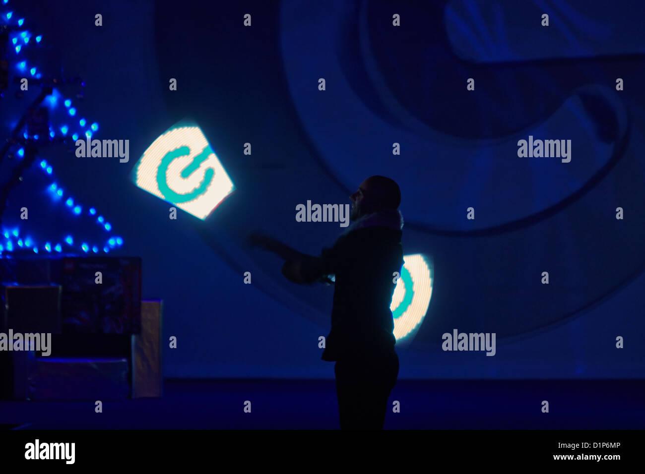 Eine Darsteller dreht leicht Zauberstäbe erstellen das Logo zeigt bei einem Gadget Show Live Event im ExCel Stockbild