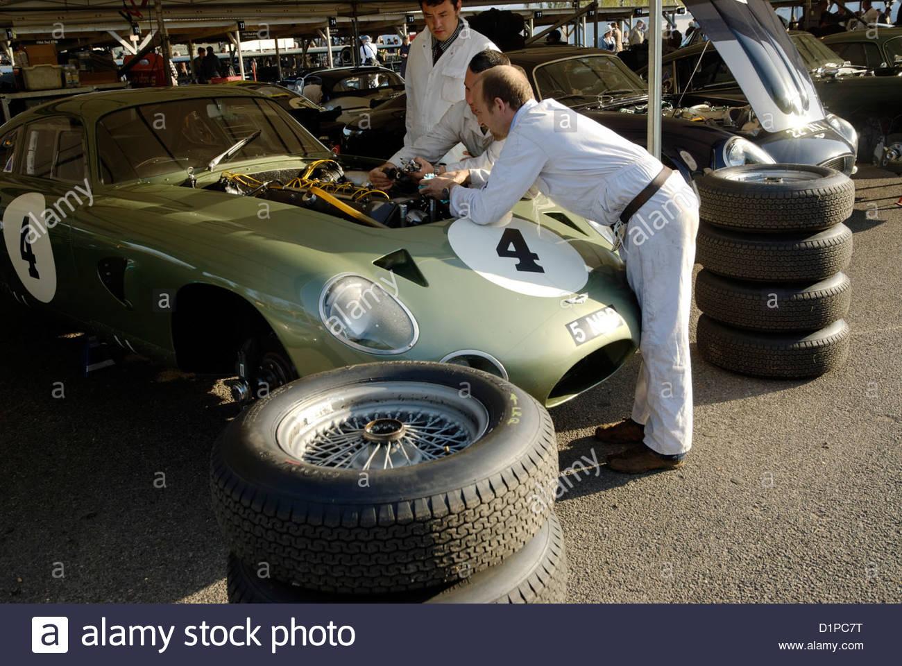 Mechaniker arbeiten am Motor die 1963 Aston Martin Projekt 214 Rennwagen-Prototypen Stockbild