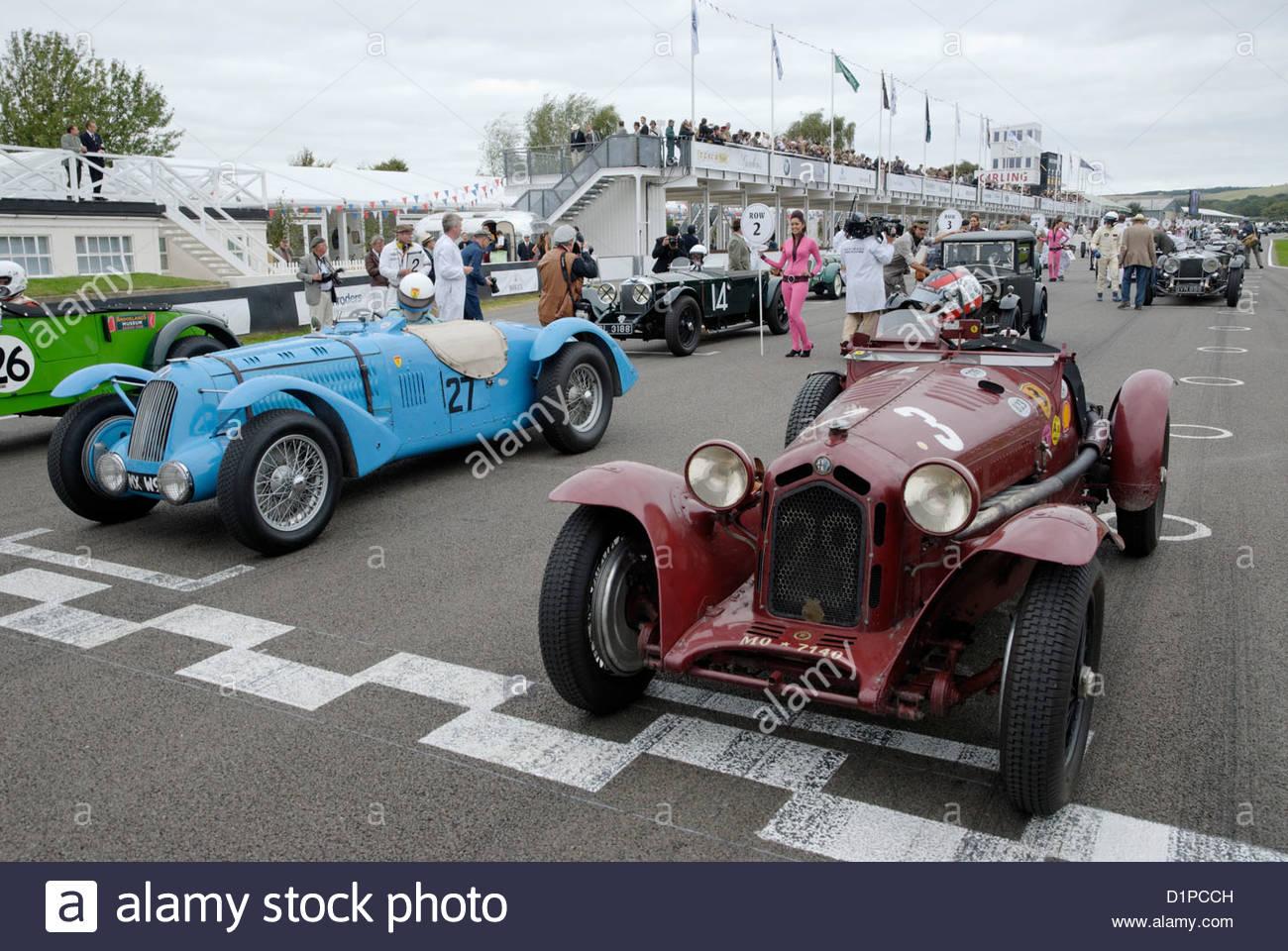 Alfa Romeo 8 c 2300 Monza und Talbot-Lago Typ 26SS an der Startline für die Brooklands-Trophy in Goodwood Revival Stockbild