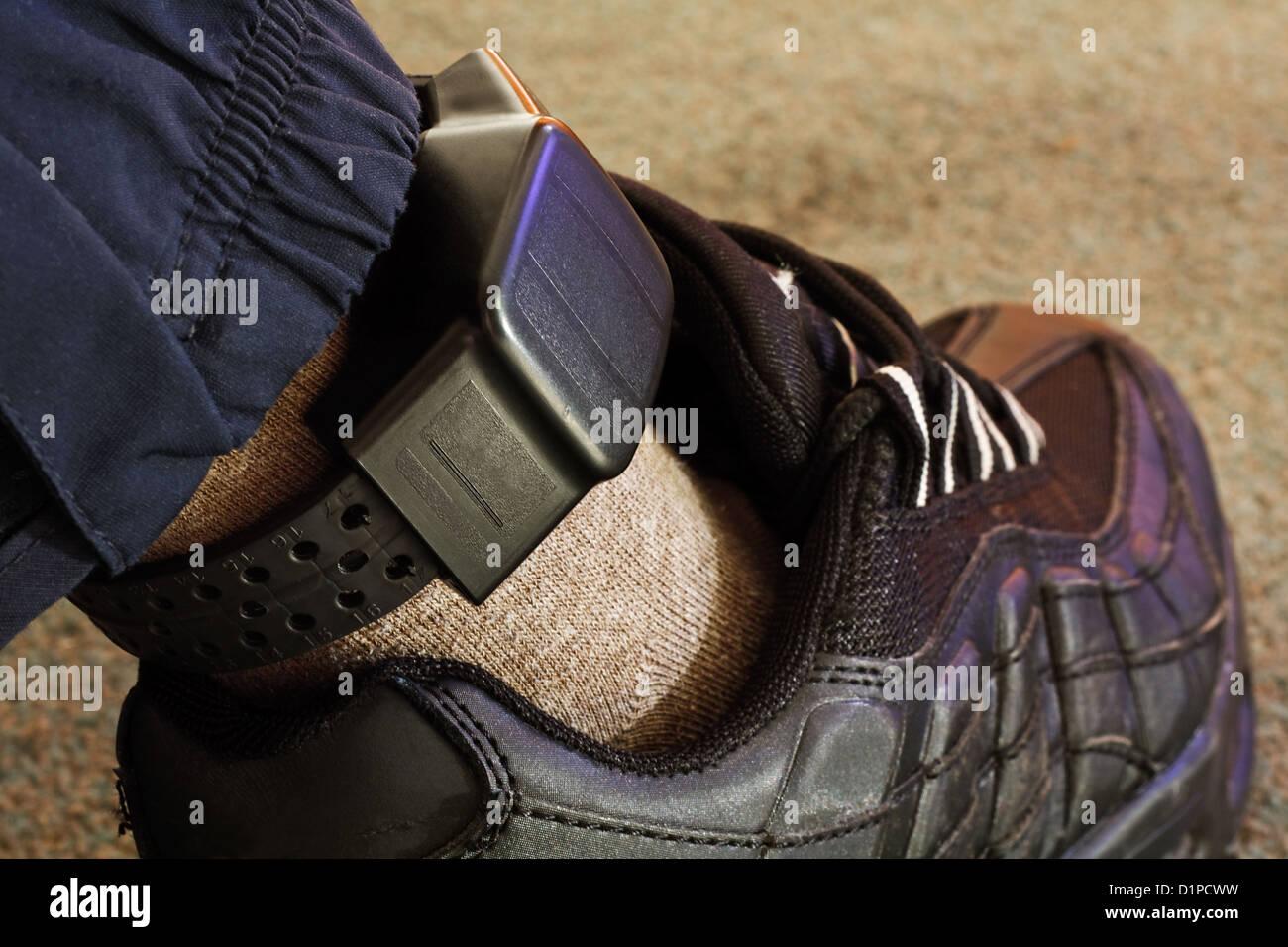 Elektronische Sicherheit tag auf einem tagged Verbrecher Stockbild
