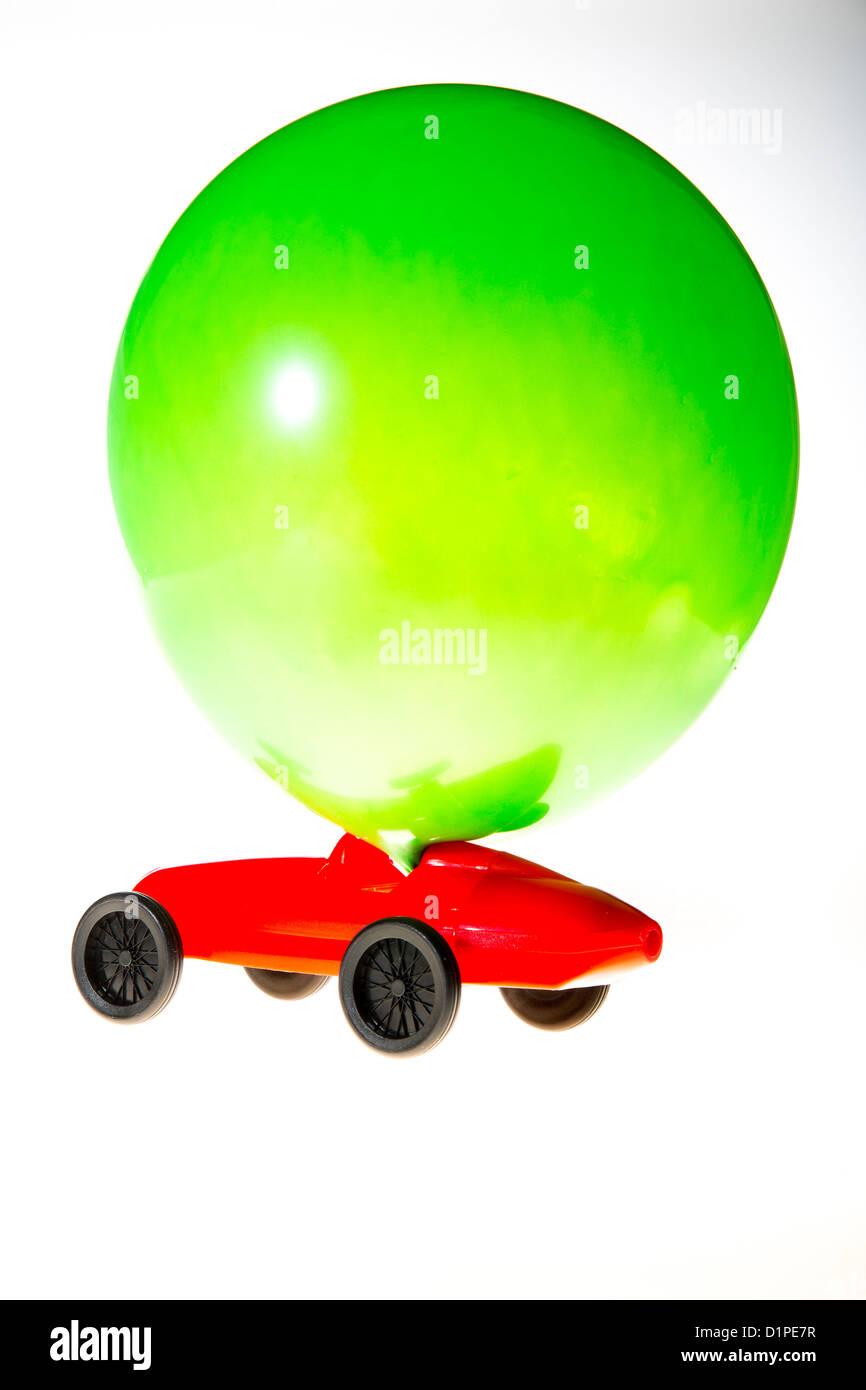 Spielzeugauto, angetrieben durch die Luft in einen Ballon aufgeblasen. Die Abwasser Luft treibt das Auto an. Symbol Stockbild