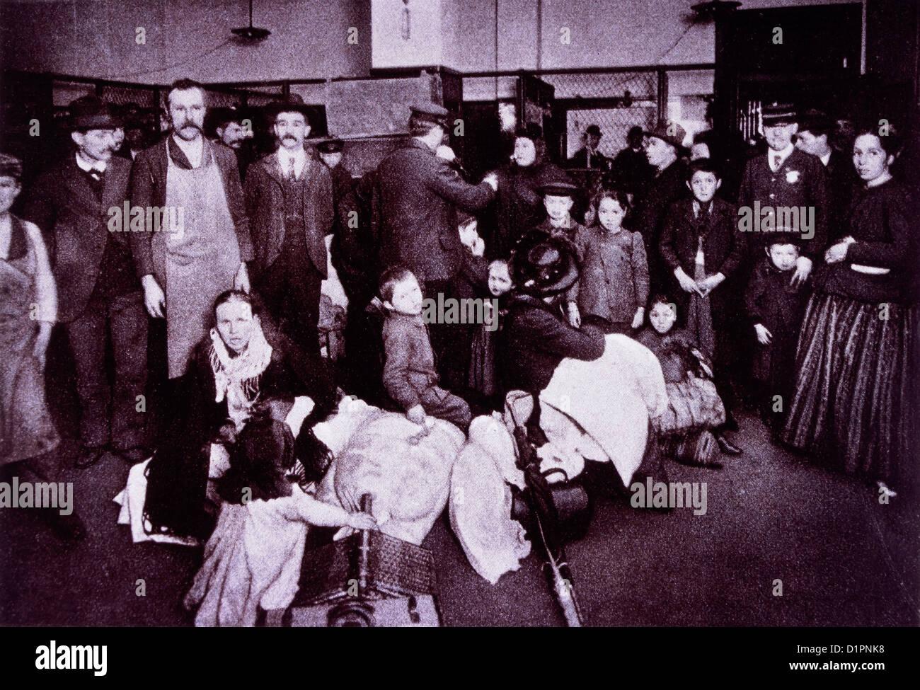 Emigranten am Eisenbahn-Abteilung warten, während Beamte dabei helfen, Gepäck, Ellis Island, New York, USA, ca. Stockfoto
