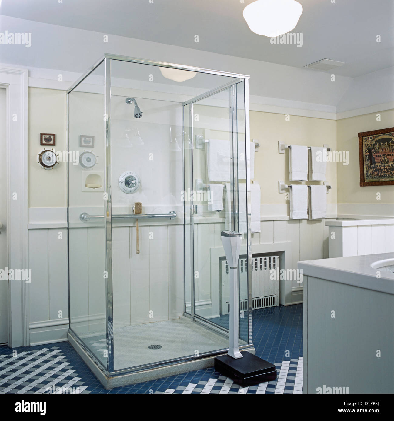 Badezimmer Blick Richtung Glas Box Dusche stand, Petrol / blau ...