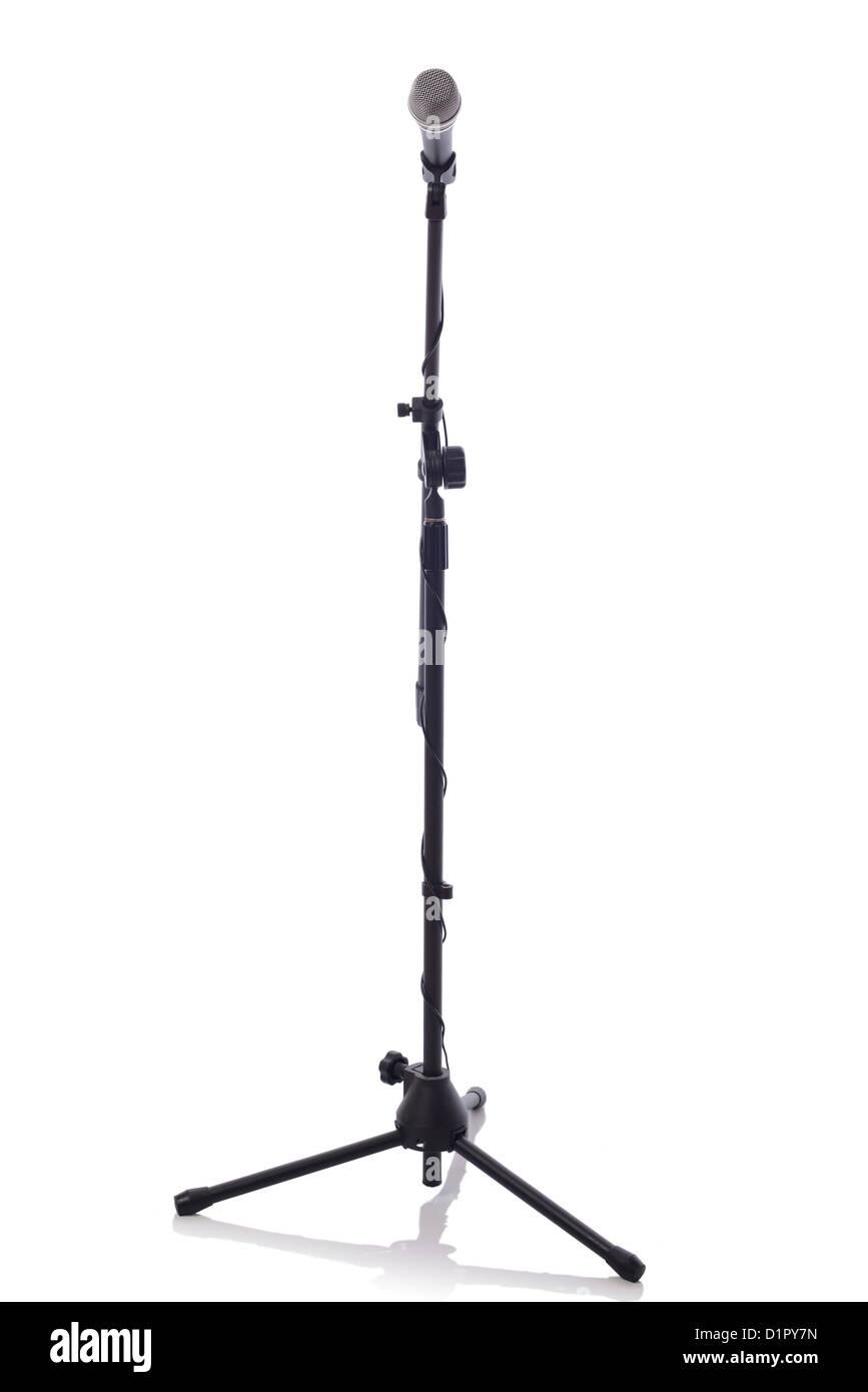 voller Höhe Mikrofonstativ mit Mikrofon isoliert auf weißem Hintergrund Stockfoto