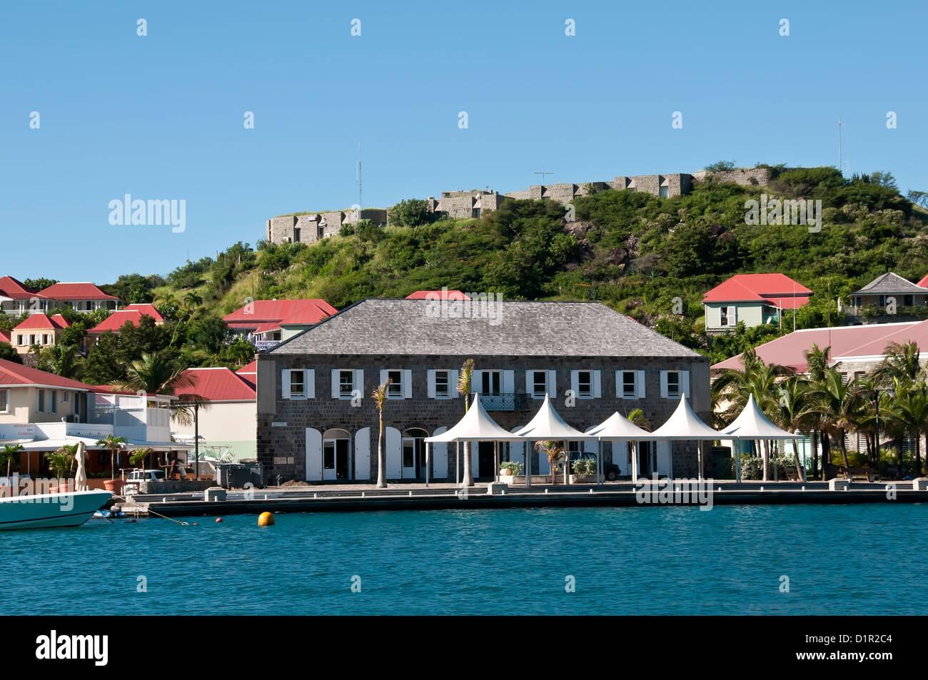Stadtmuseum oder Wall House unter Fort Oscar, an der Spitze der Halbinsel Gustavia, Häuser die Gendarmerie. Stockbild