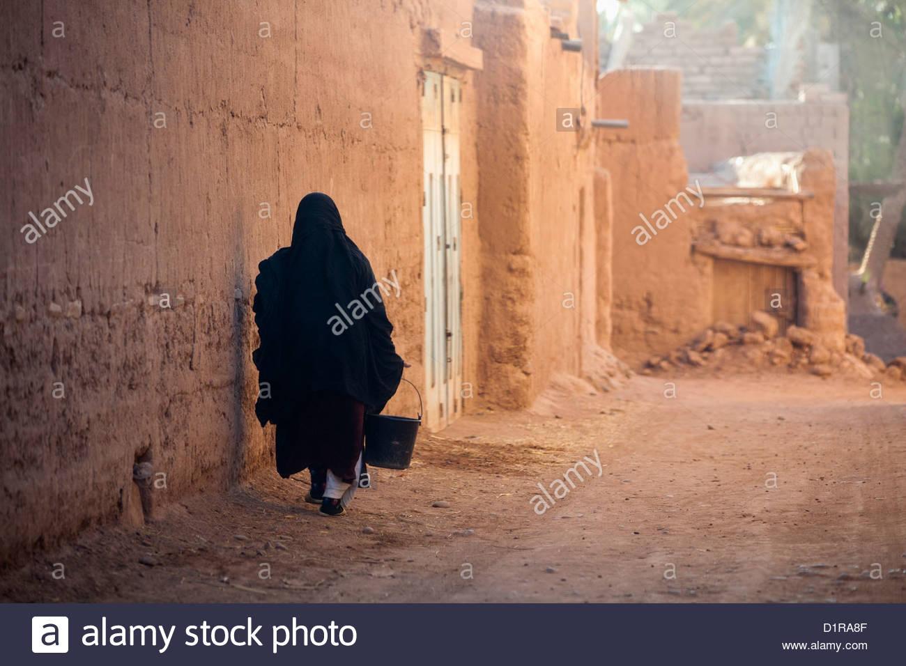 Marokko, in der Nähe von Agdz, Frau auf Straße. Stockbild