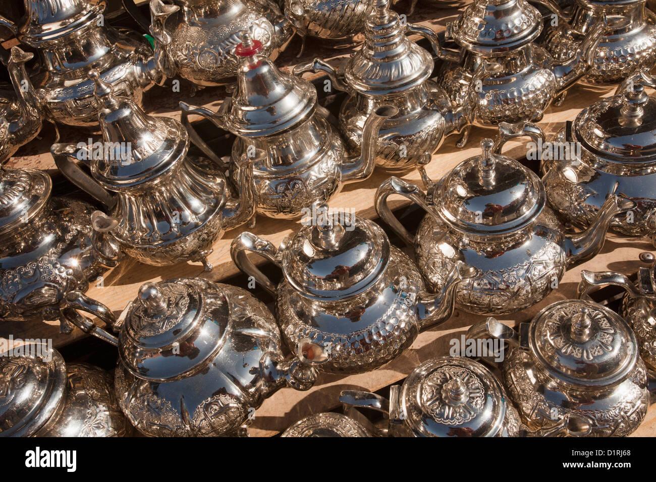 Marokko, Marrakesch, Markt. Teekannen zu verkaufen. Stockbild
