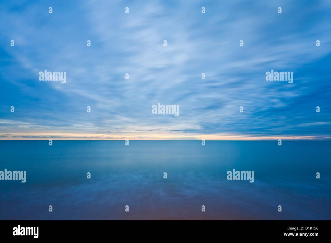 Blick auf den Horizont bei Sonnenuntergang mit einem schweren Himmel aber klaren Horizont England UK GB EU Europa Stockbild