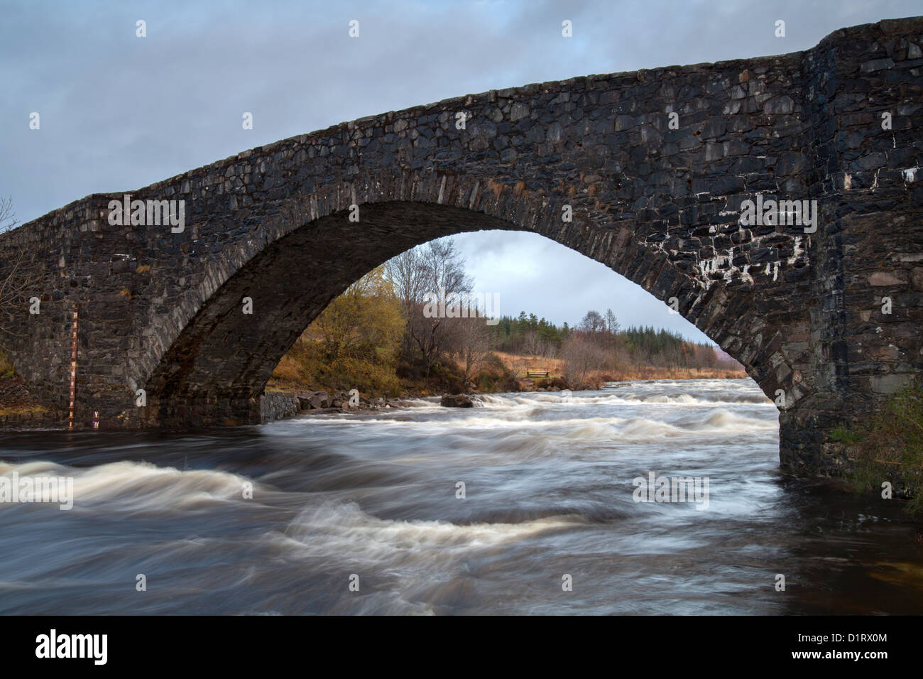 Bridge of Orchy alte steinerne Brücke über den River Orchy, Schottland Stockbild