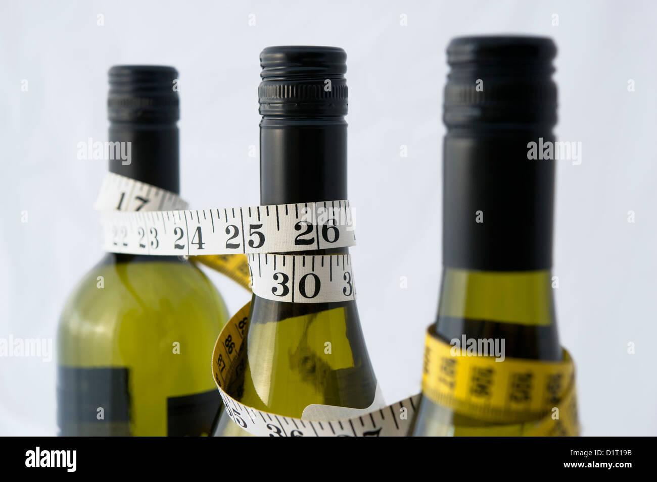 Ein Maßband, um Weinflaschen drapiert. Verwendet werden, zur ...