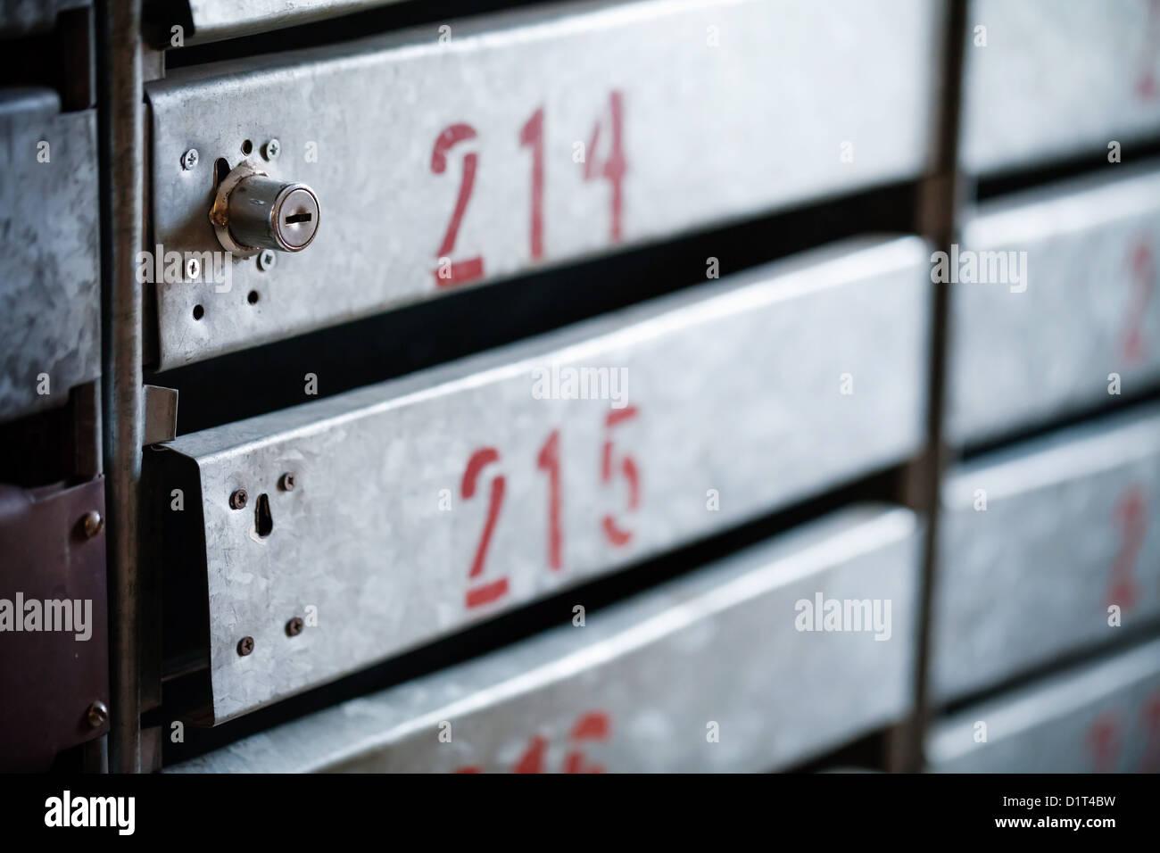 Alte Eisen-Briefkästen mit Schlössern und rotes Appartement Zahlen Stockbild