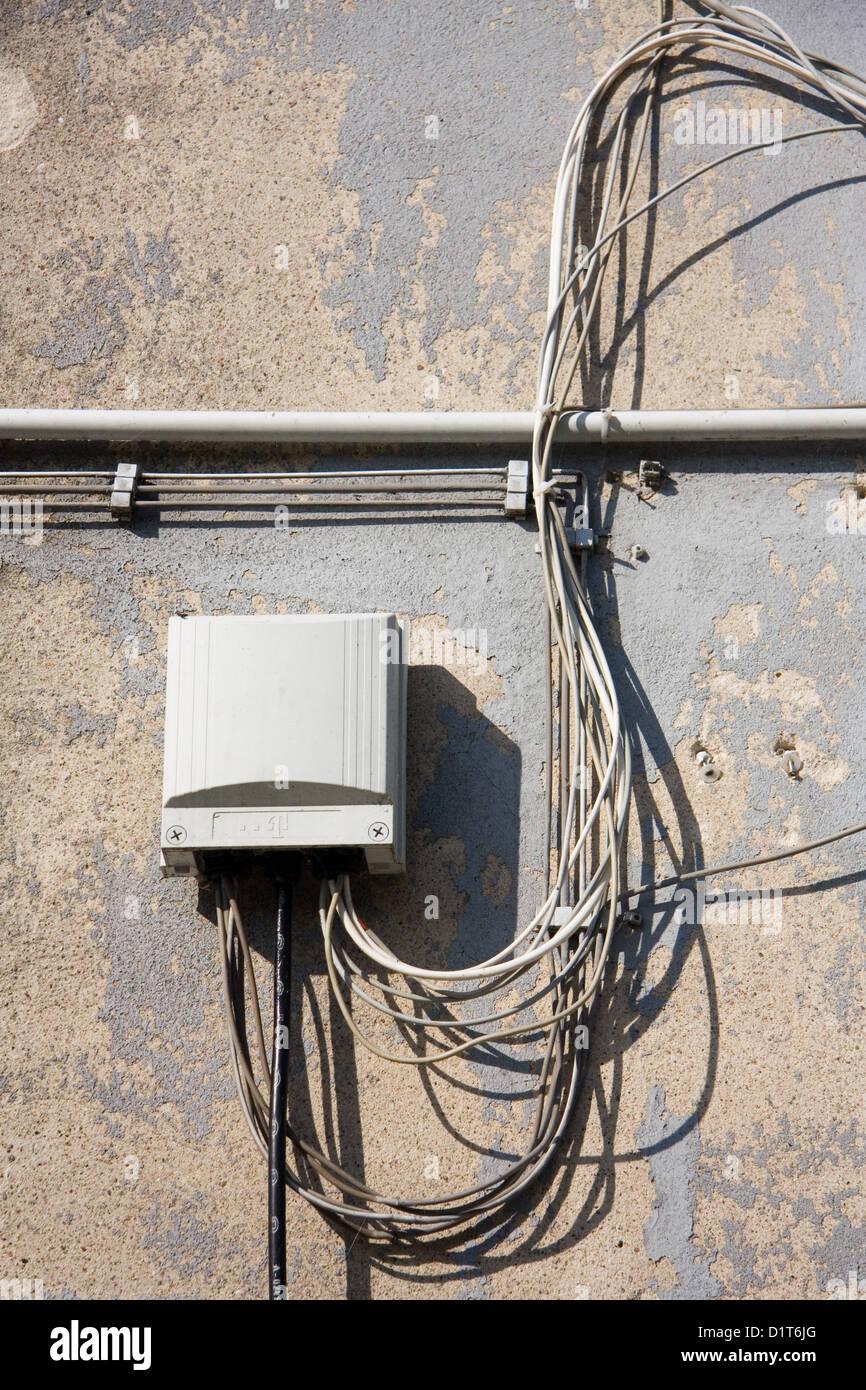 berlin, deutschland, verlegen der kabel an der hauswand stockfoto