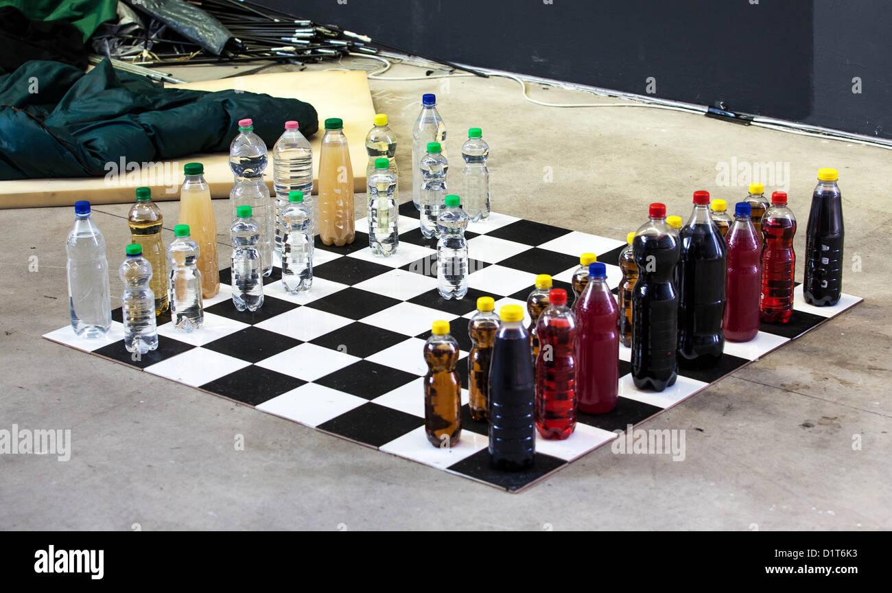 Schach-Feld mit Flaschen, die Zahlen darstellt Stockfoto
